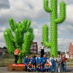 Die Mitarbeiter der Firma Metallbau Fröbel in Brühl bei Köln vor ihrem Markenzeichen, den grünen Kakteen